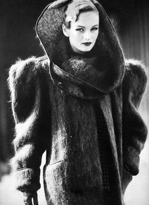 Manteau épaulé des années 80.