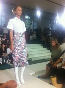 Chemise et jupe à fleurs par Paul Ka.