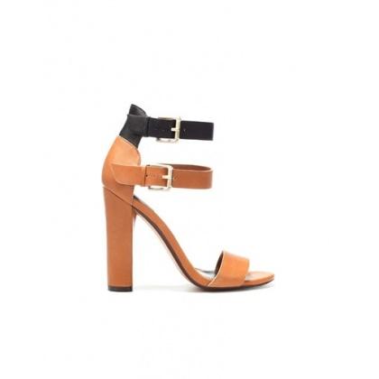 Sandales doubles brides chez Zara.
