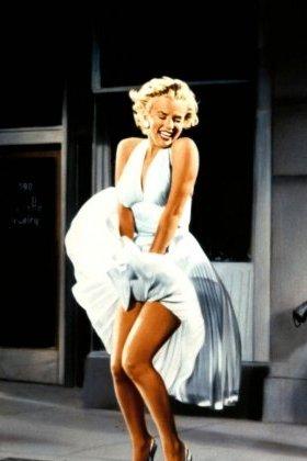 Maryline dans sa célèbre robe plissée.