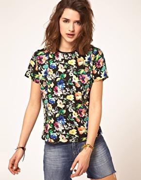 Tee-shirt à fleurs sur Asos.