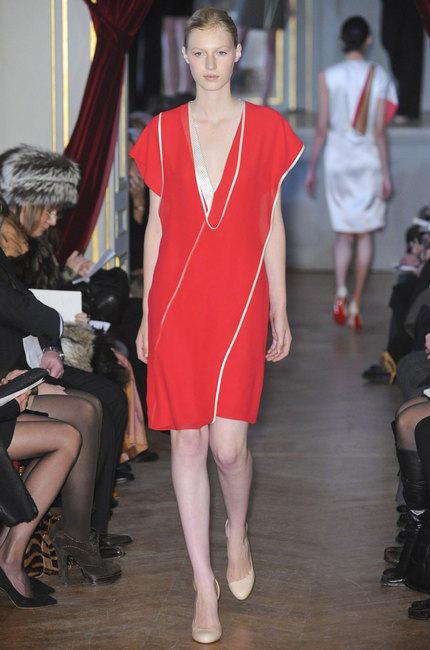 Une robe rouge.