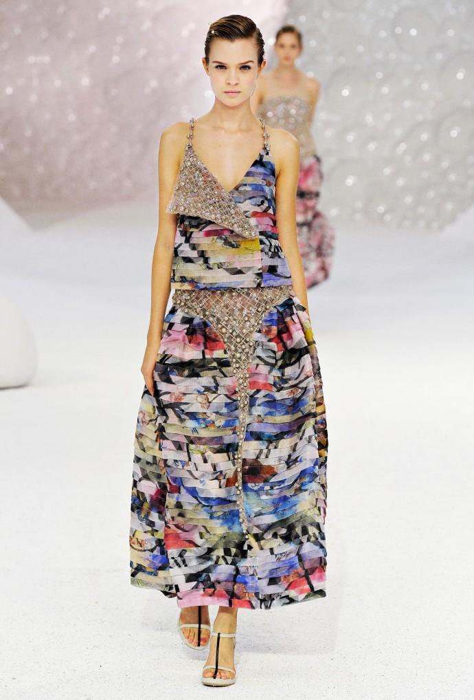 Robe longue plissée par Chanel.