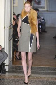 Une robe manteau au col de fourrure.
