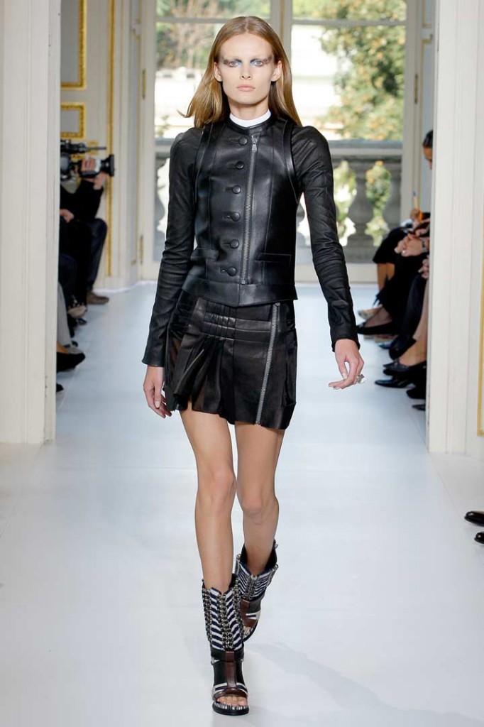 Veste et jupe en cuir Balenciaga.
