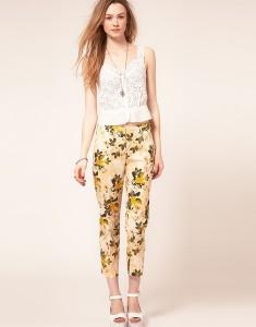 Un pantalon fleuri.