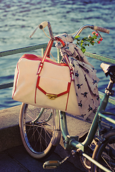 Petite mendigote un grand sac shopping.