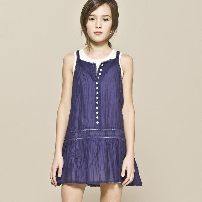 Une robe bleue IKKS.