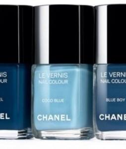 Vernis Chanel bleu.