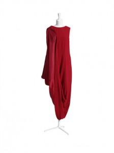 La robe rouge asymétrique.